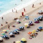playa llena de personas