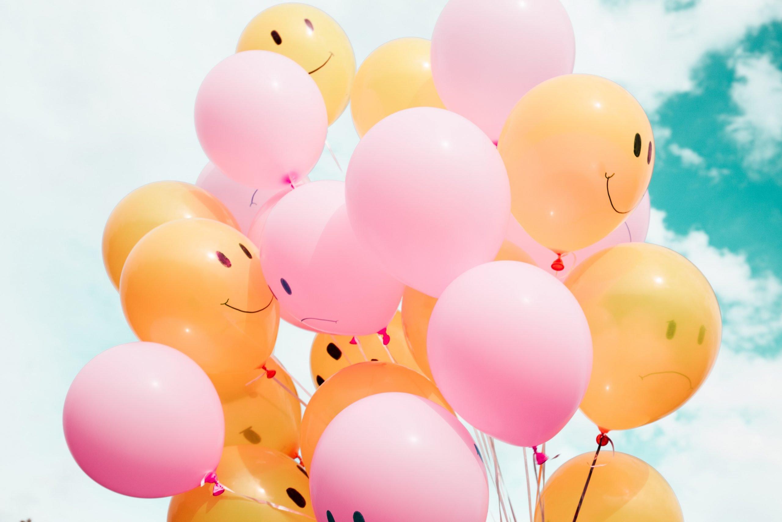 glovos de color rosa y naranja con sonrisas