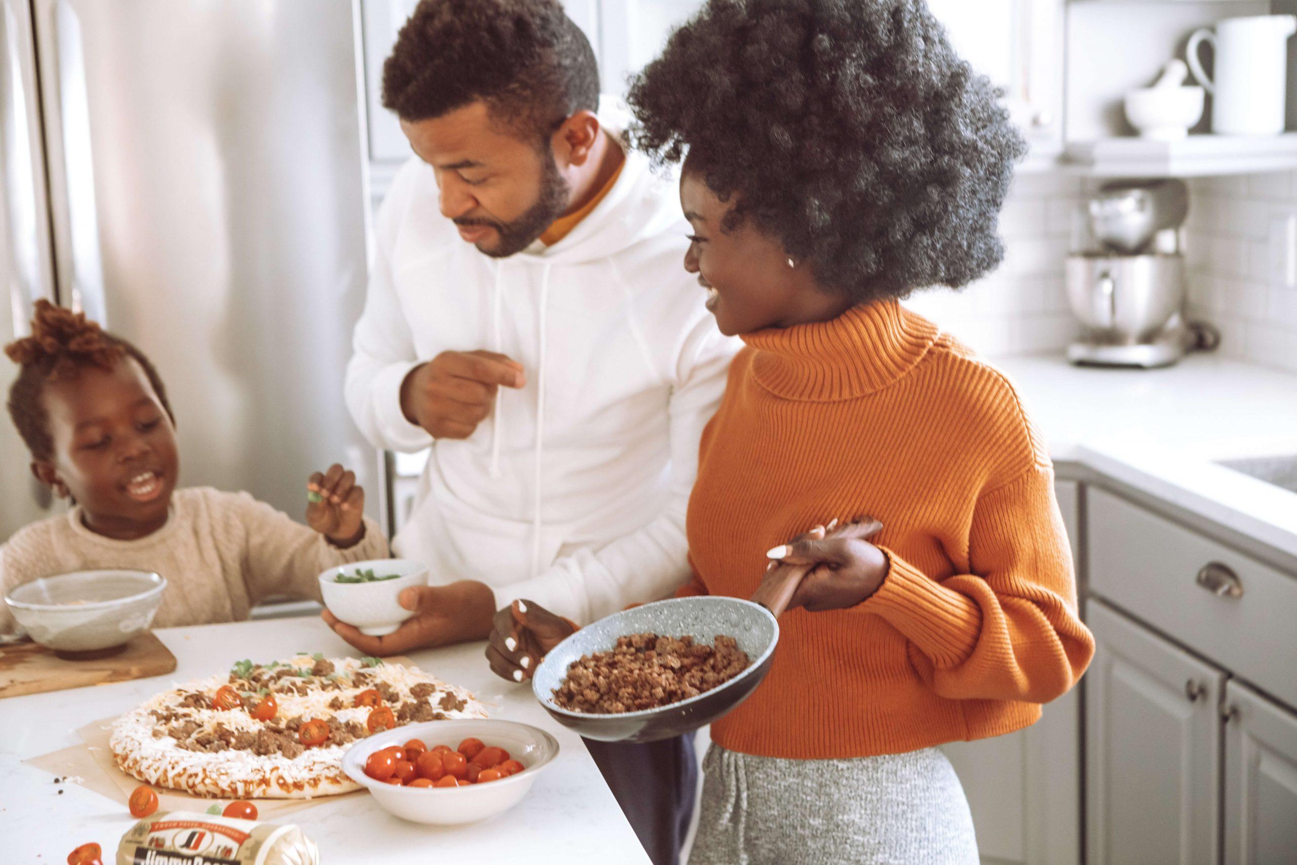 familia cocinando una pizza