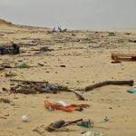 playa repleta de residuos plásticos
